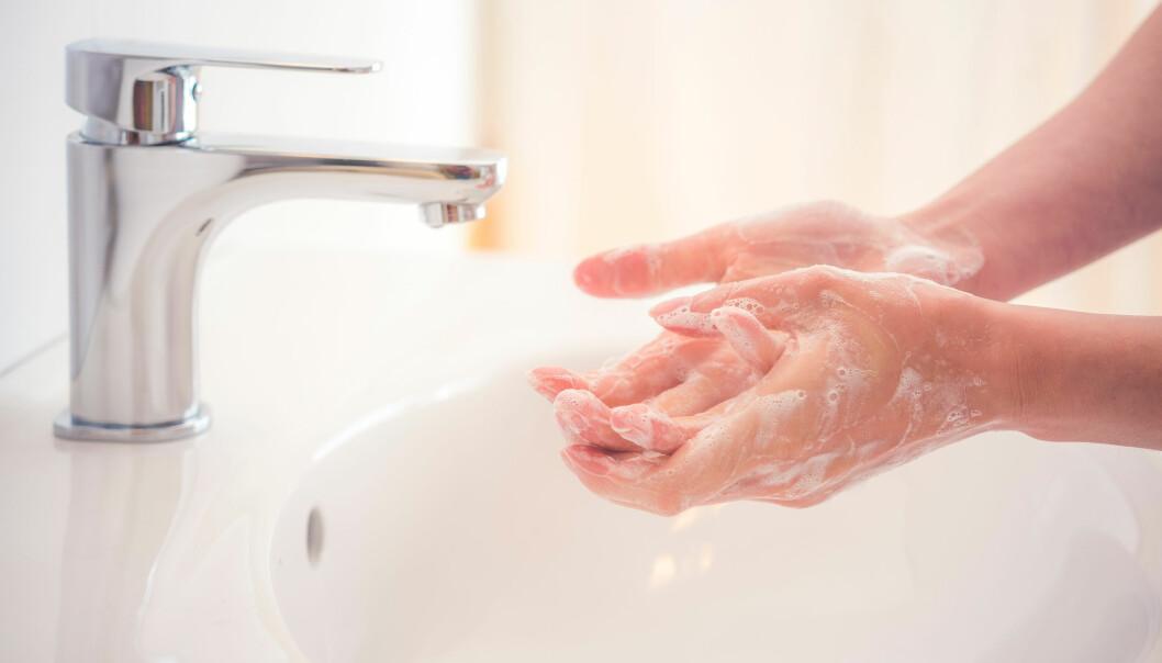 En kvinna tvättar händerna med tvål för att undvika att smittas av coronavirus.