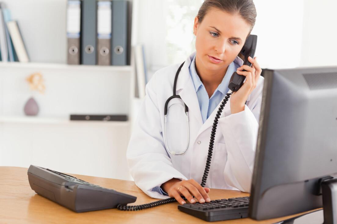 En läkare svarar i telefon på frågor som skulle kunna handla om coronaviruset.