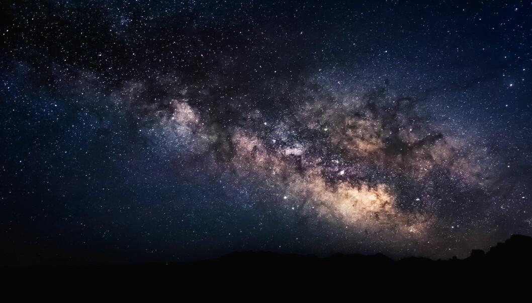 En stjärnhimmel som skiftar i mörkblått, lila och guld.