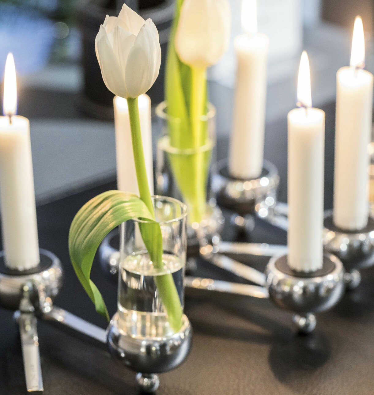 Enkla tulpaner i glasvaser och levande ljus. Svårare än så behöver det inte vara.