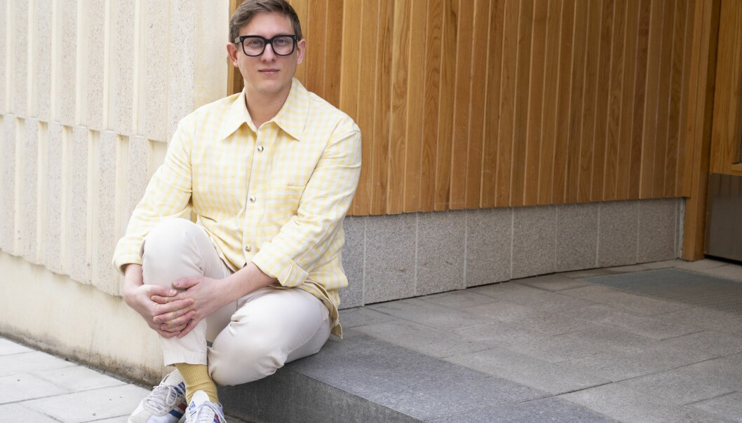 Erik Engelv sitter på trappan till sitt hus och berättar om hur han sin uppväxt i en familj som var med i Jehovas vittnen och hur han måste lämna både församling och familj när han kom ut som homosexuell.
