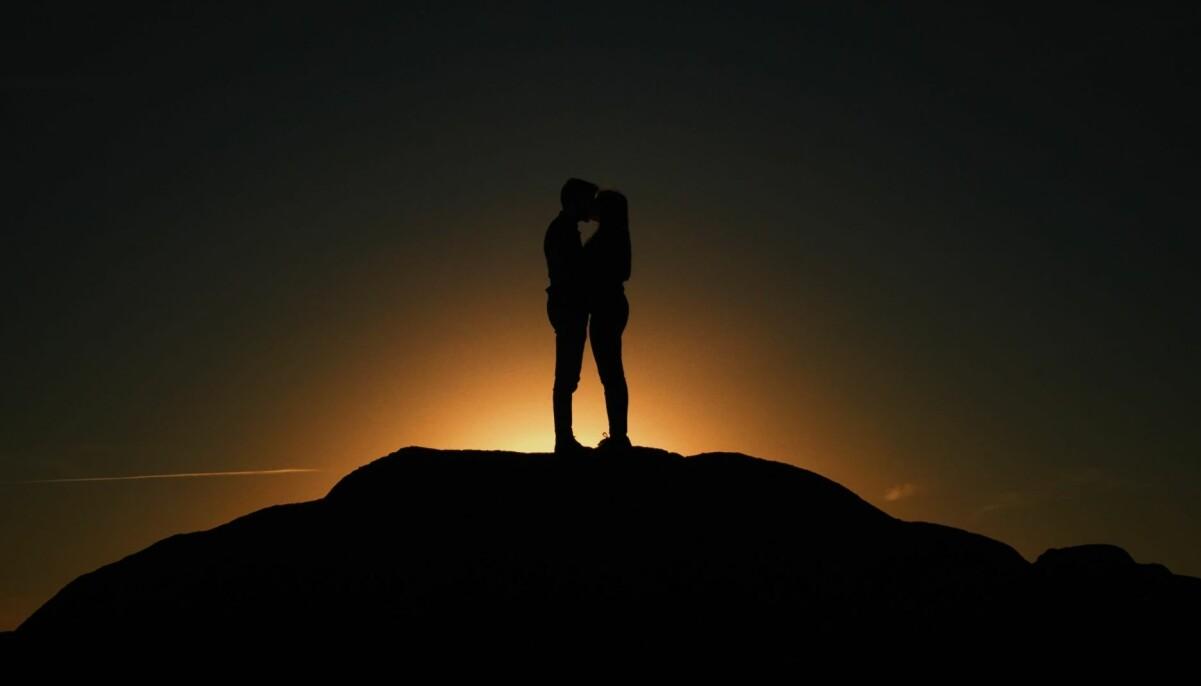 Ett par som hittat vilket stjärntecken de passade bäst med.