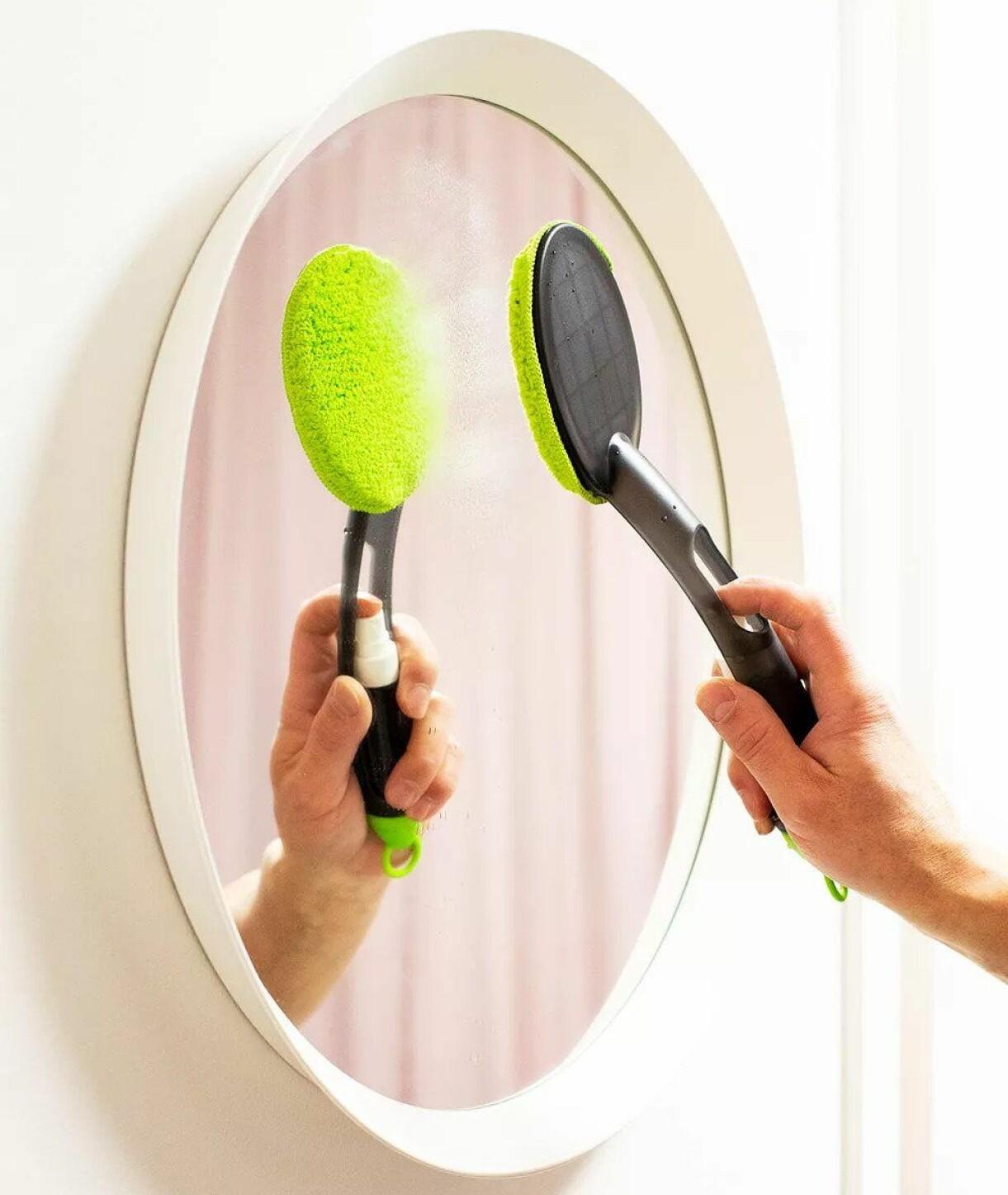 Kvinna putsar spegel med smart glas- och spegelputs.
