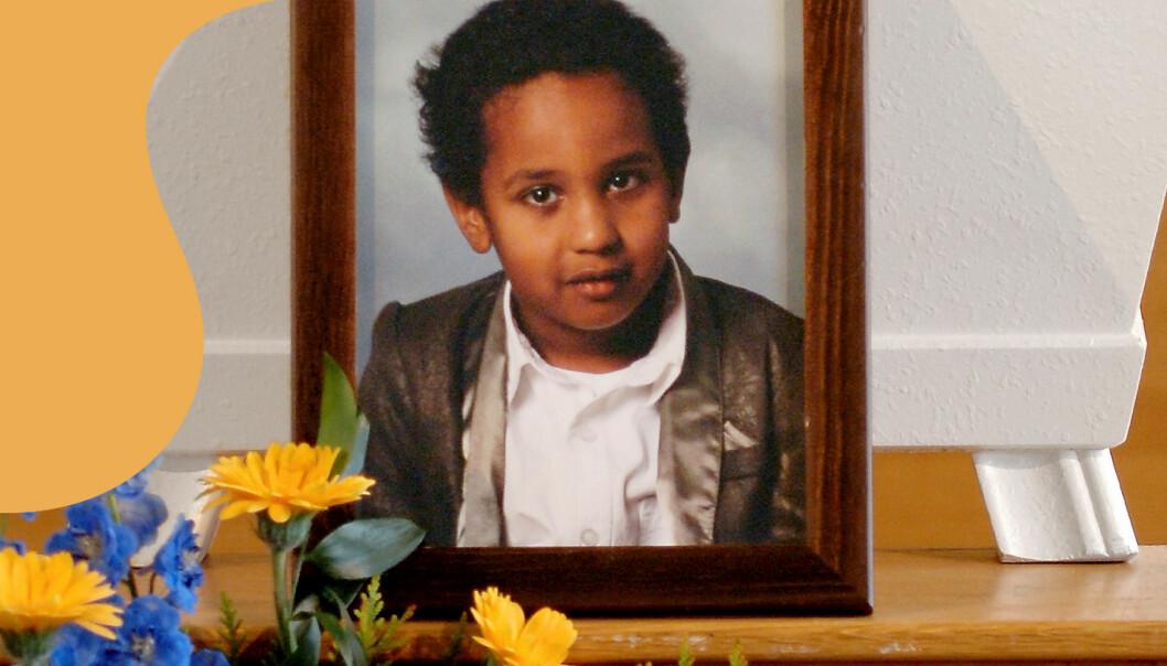 Bobbys bild framför kistan