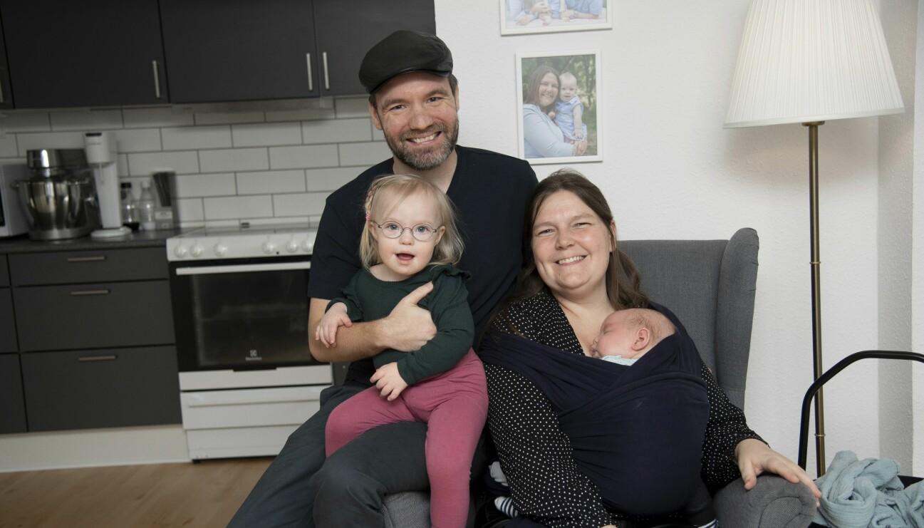 Familj med flicka som har Downs syndrom