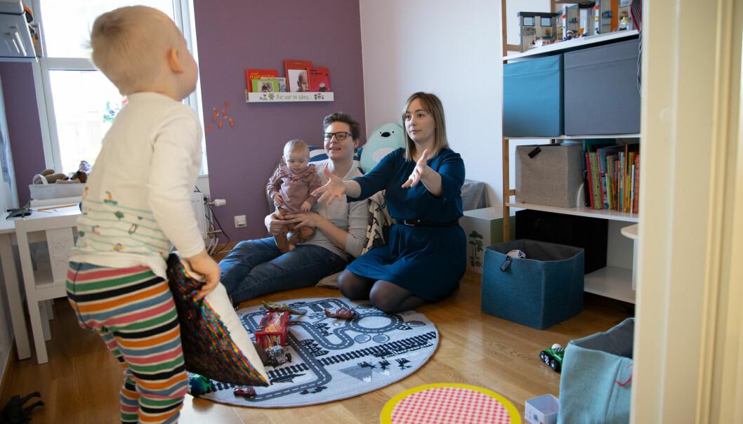 Familjen Ström leker i lägenheten i Varberg.