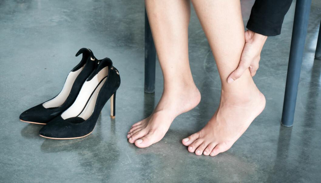 Fel skor kan göra att du drabbas av hälsporre. Här tar sig en kvinna för fotleden.