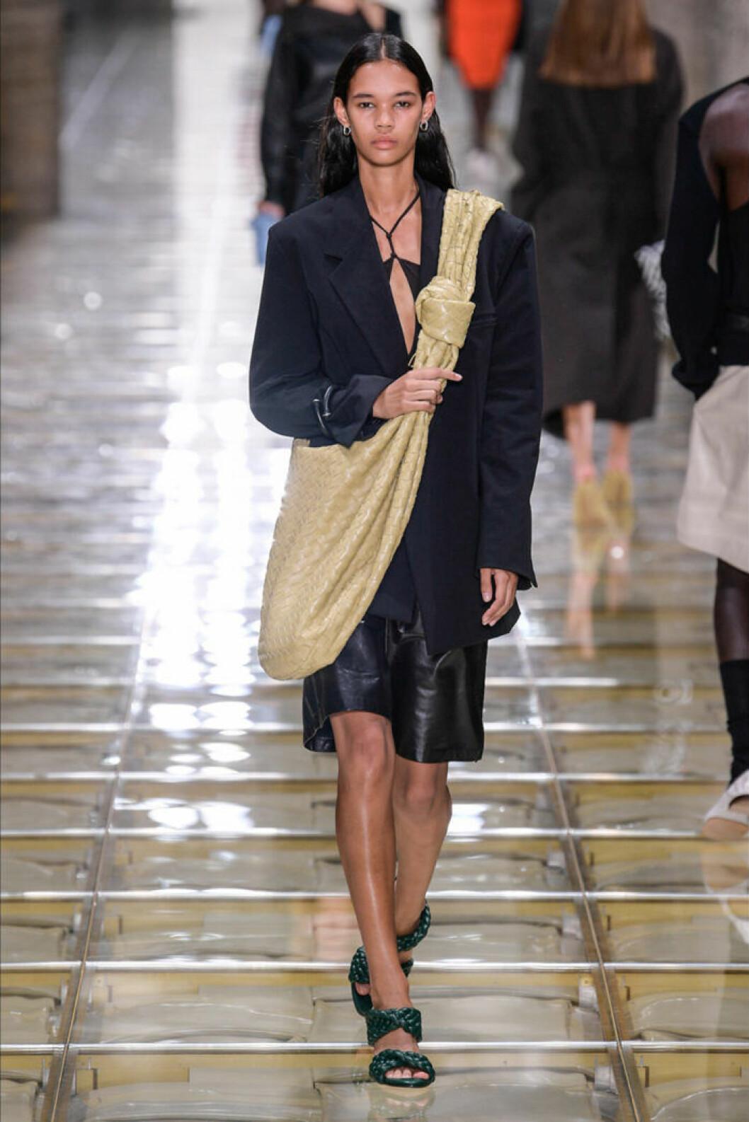 Trender våren 2020 Bottega Veneta svarta cityshorts i läder
