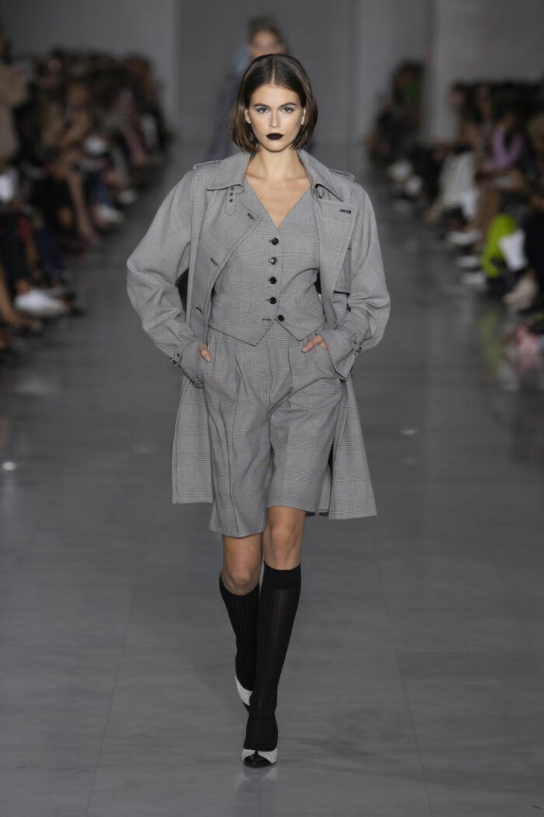 Trender våren 2020 Maxmara grå cityshorts på modellen Kaia Gerber