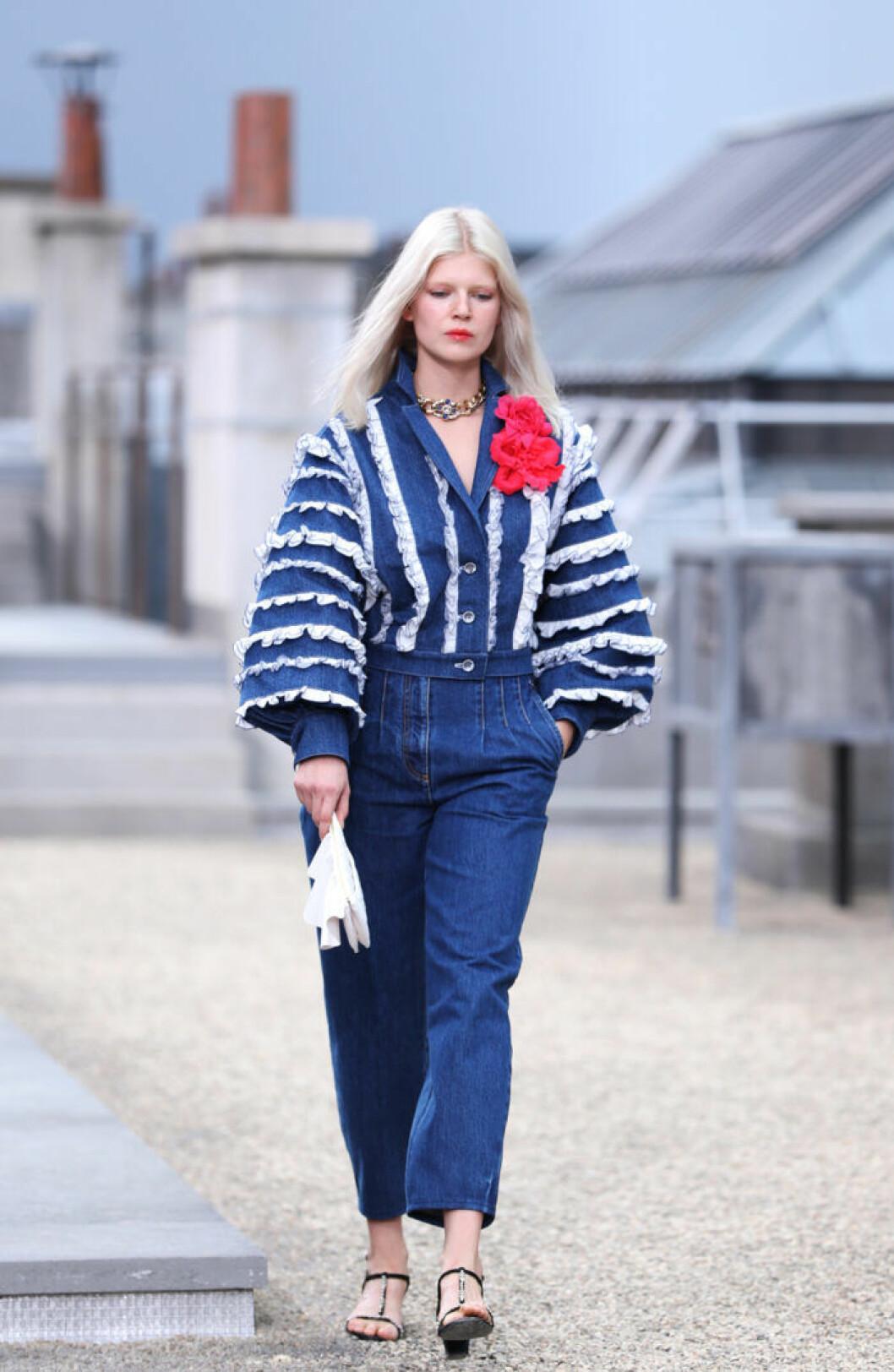 Trender våren 2020 Denim Chanel Modell bär blå jeans och denimjacka