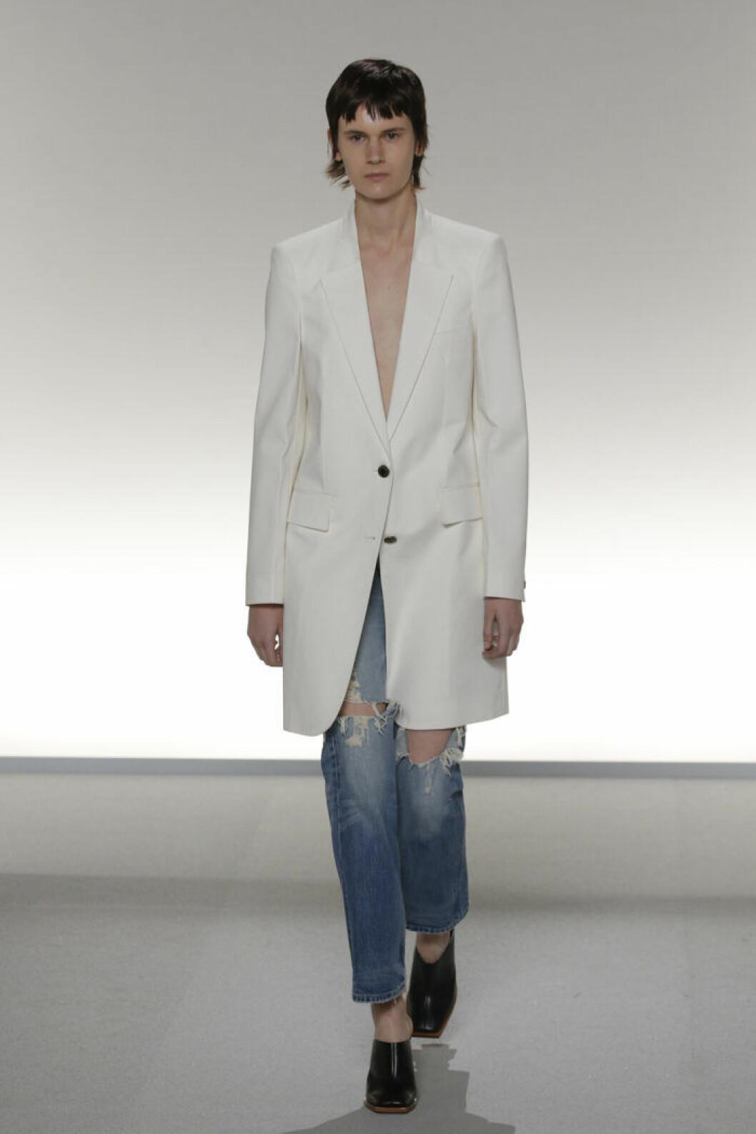 Trender Denim våren 2020 Givenchy Modell bär blå jeans och skräddad kavaj