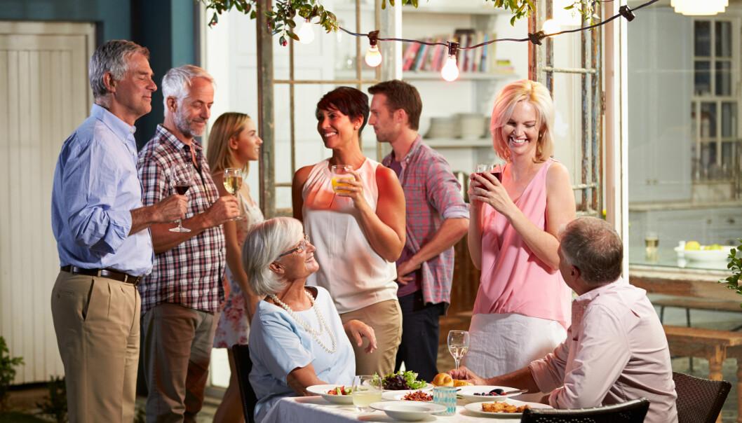 Människor som umgås med varandra på en fest.