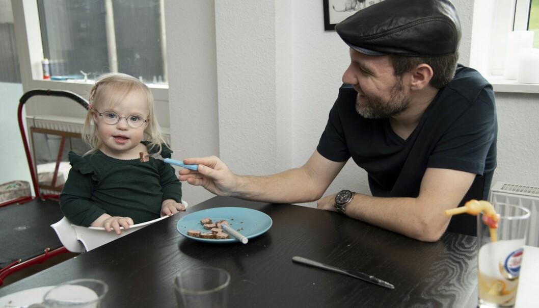 Kris använder både en gaffel och en lite längre specialpinne, som gör att maten kommer längre in i Sarahs mun och tränar upp hennes motorik i munnen.