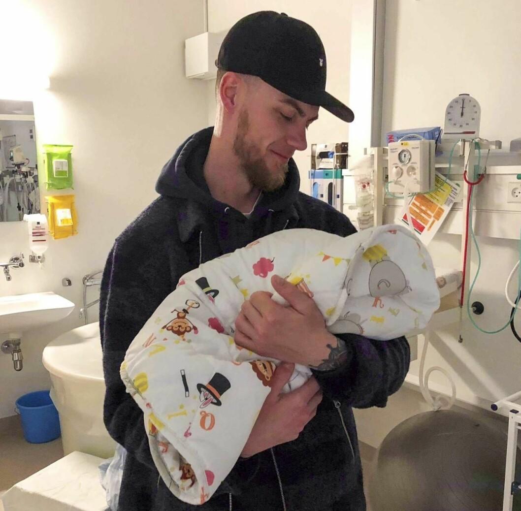 Thomas med nyfödda dottern på BB