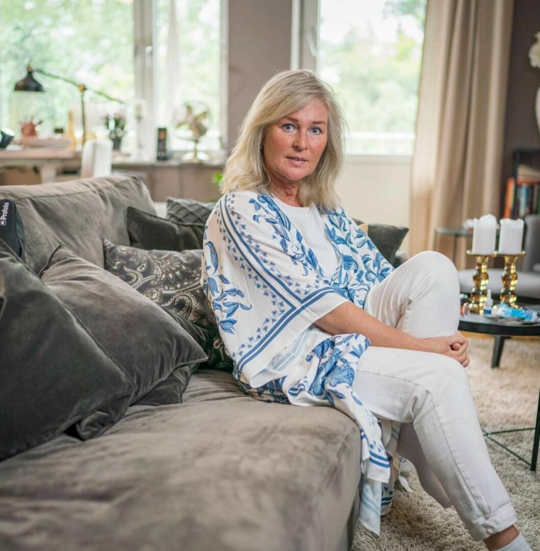 Författaren Åsa Hellberg sitter hemma i sin lägenhet och berättar hur hon har valt bort män