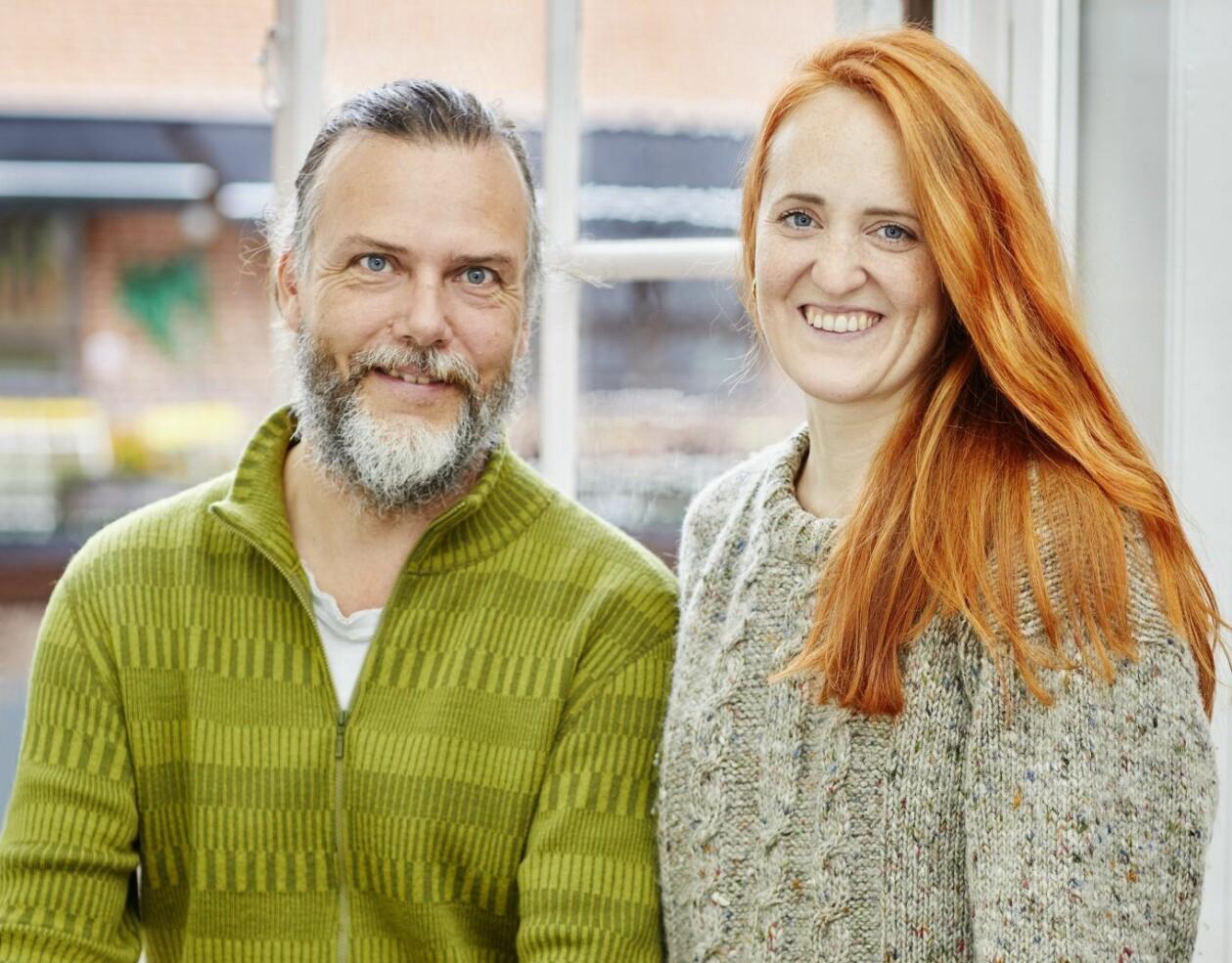 Författarna och vandringsexperterna Kenneth Joelsson och Ina Hildeman framför ett fönster.