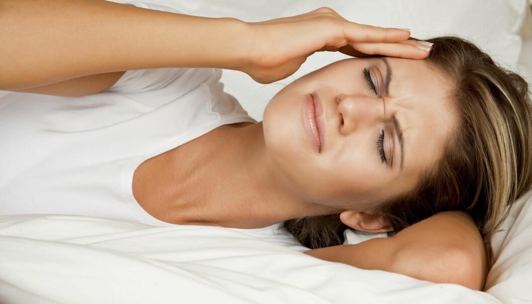 Kvinna ser ut att ha huvudvärk. Kanske är hon förstoppad?