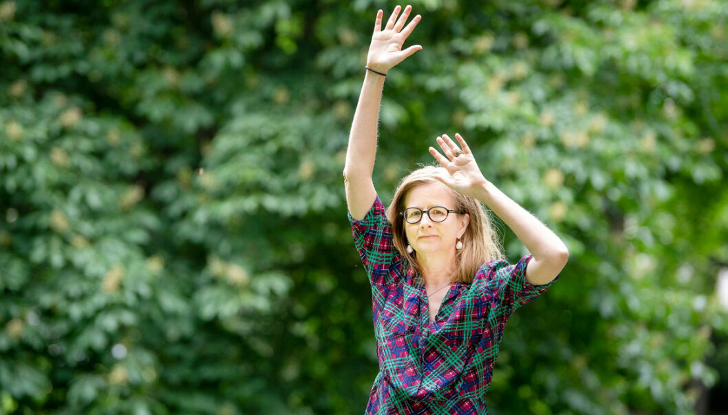 Anki Sydegård illustrerar hur hennes frozen shoulder begränsar henne