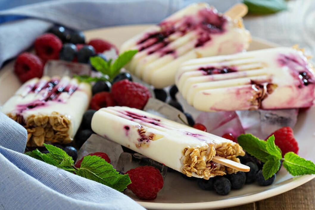 Frukostglass på yoghurt, musli och bär