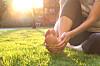 Träna fötternas små muskler genom att gå barfota utomhus.
