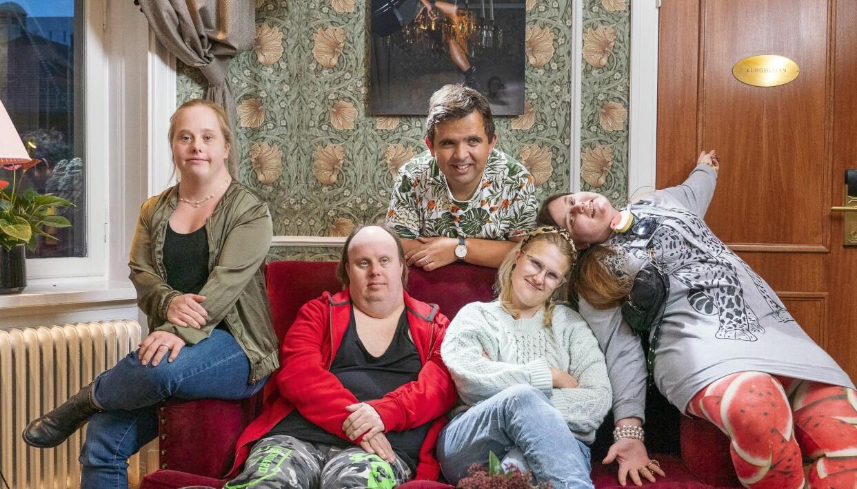 Gänget från Glada Hudik-teatern sitter i en soffa och berättar om sitt äventyr i New York.