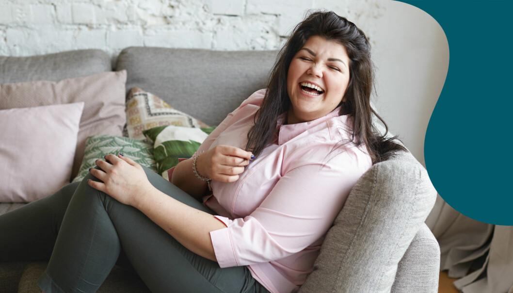 glad kvinna som sitter i en soffa