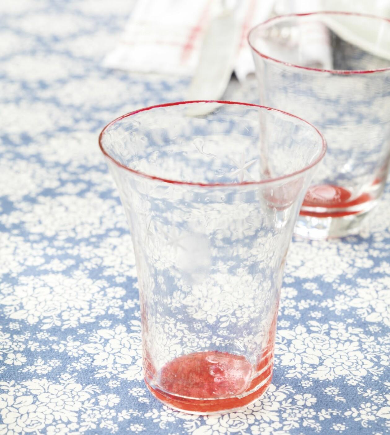 Glas med rödmålad botten och ovankant