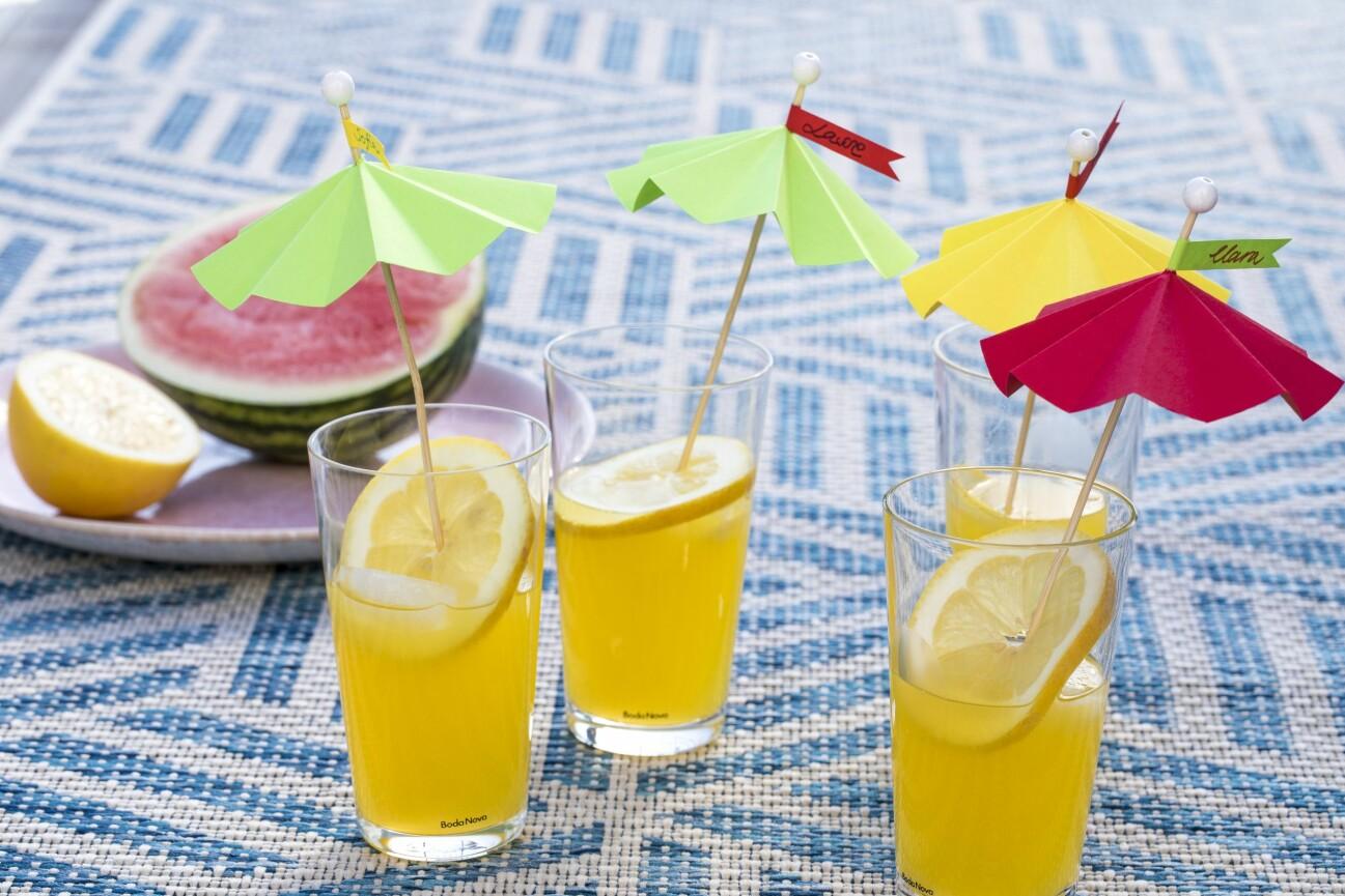 Drinkparaply i olika färger.