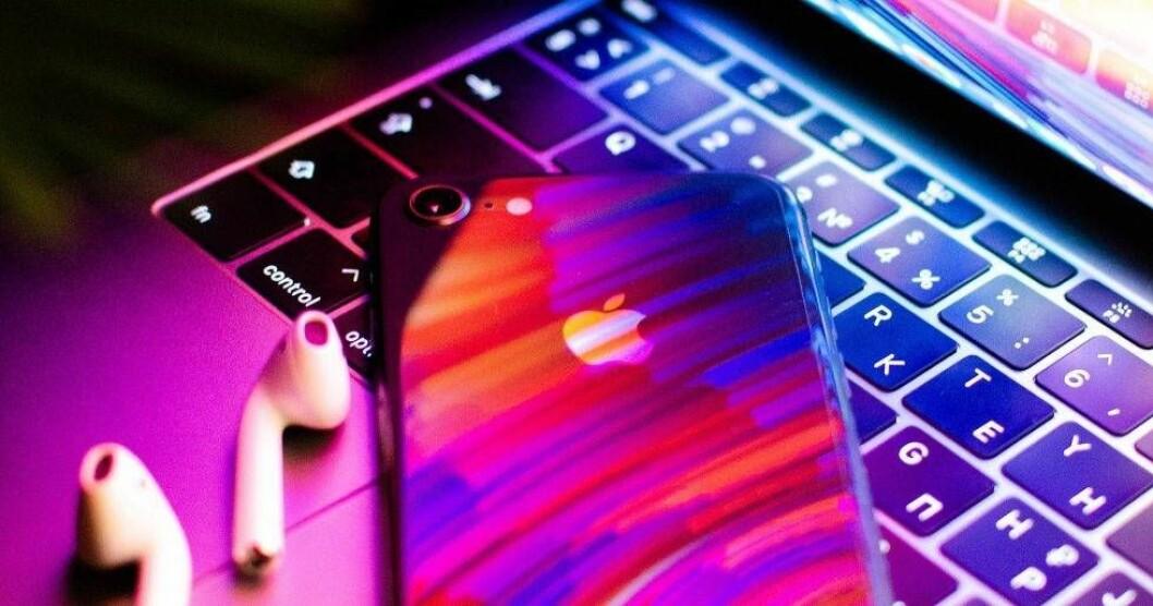 En ren iphone på ett lika välstädat tangentbord.