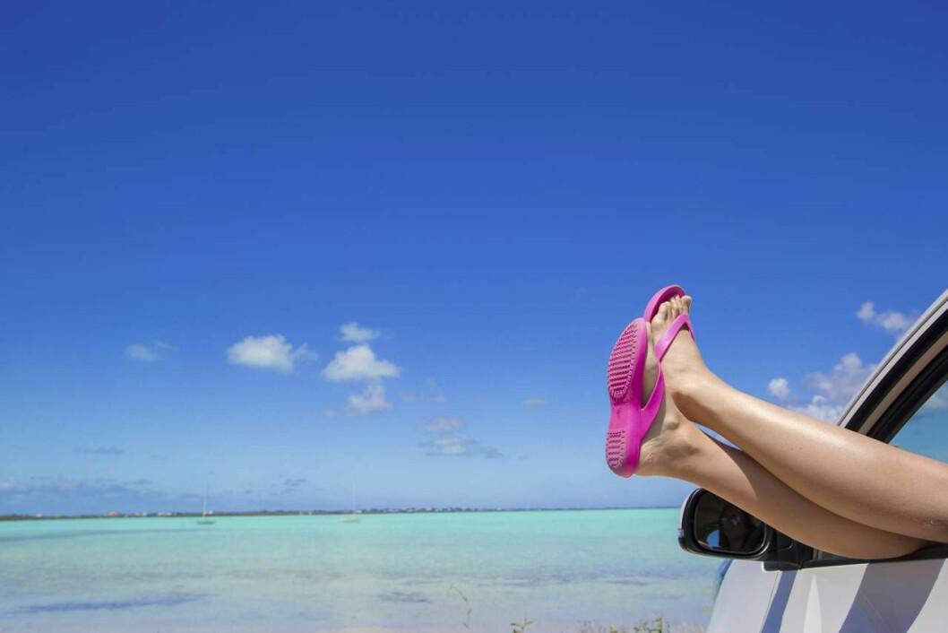 Kvinnliga fötter med flip flops.