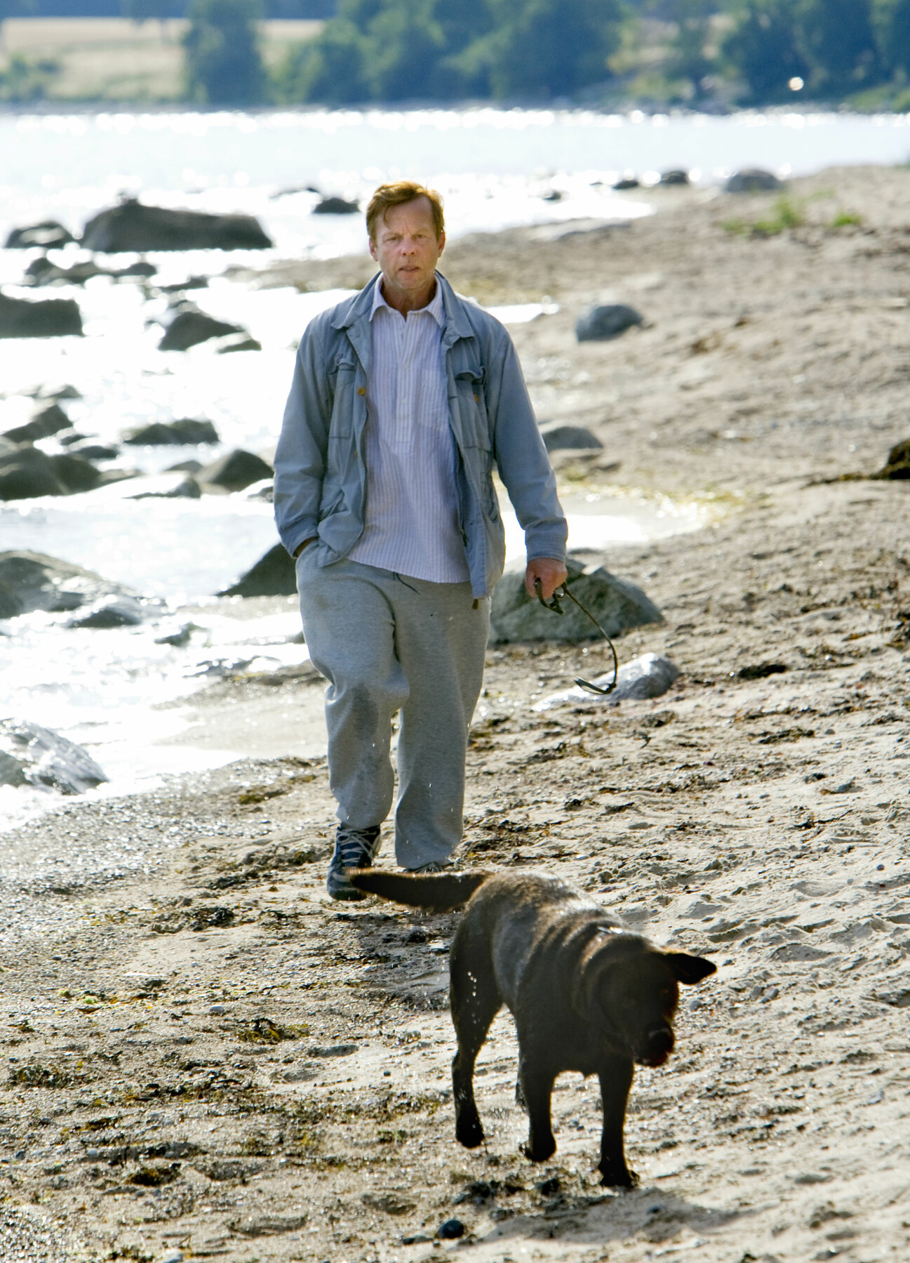 Krister Henriksson som Kurt Wallander på stranden i Svarte
