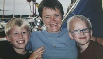 Gunilla sitter i en soffa tillsammans med sönerna Mathias och Hael