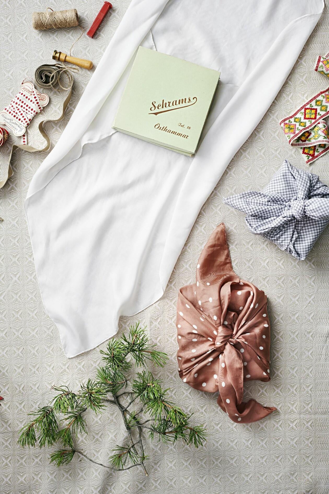 Gustav Broström tipsar om knep för att slå in paket på nya sätt när du ska ge bort julklappar.