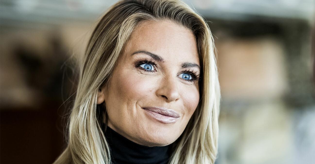 """Carolina Gynning som precis har köpt en fjällstuga i Björnrike som hon kallas för """"mansion""""."""