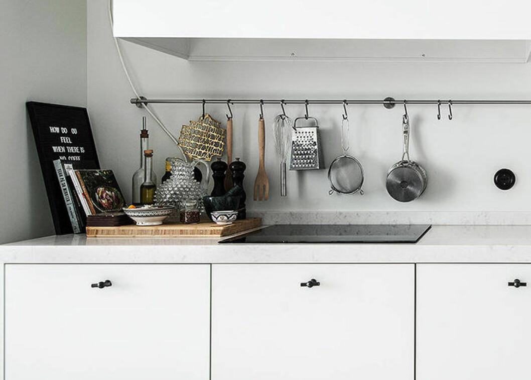 Hållbara materialval i köket är trä, glas och rostfritt