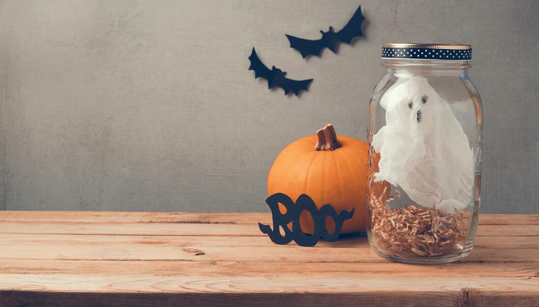 Bild på halloween dekorationer som står på ett bord
