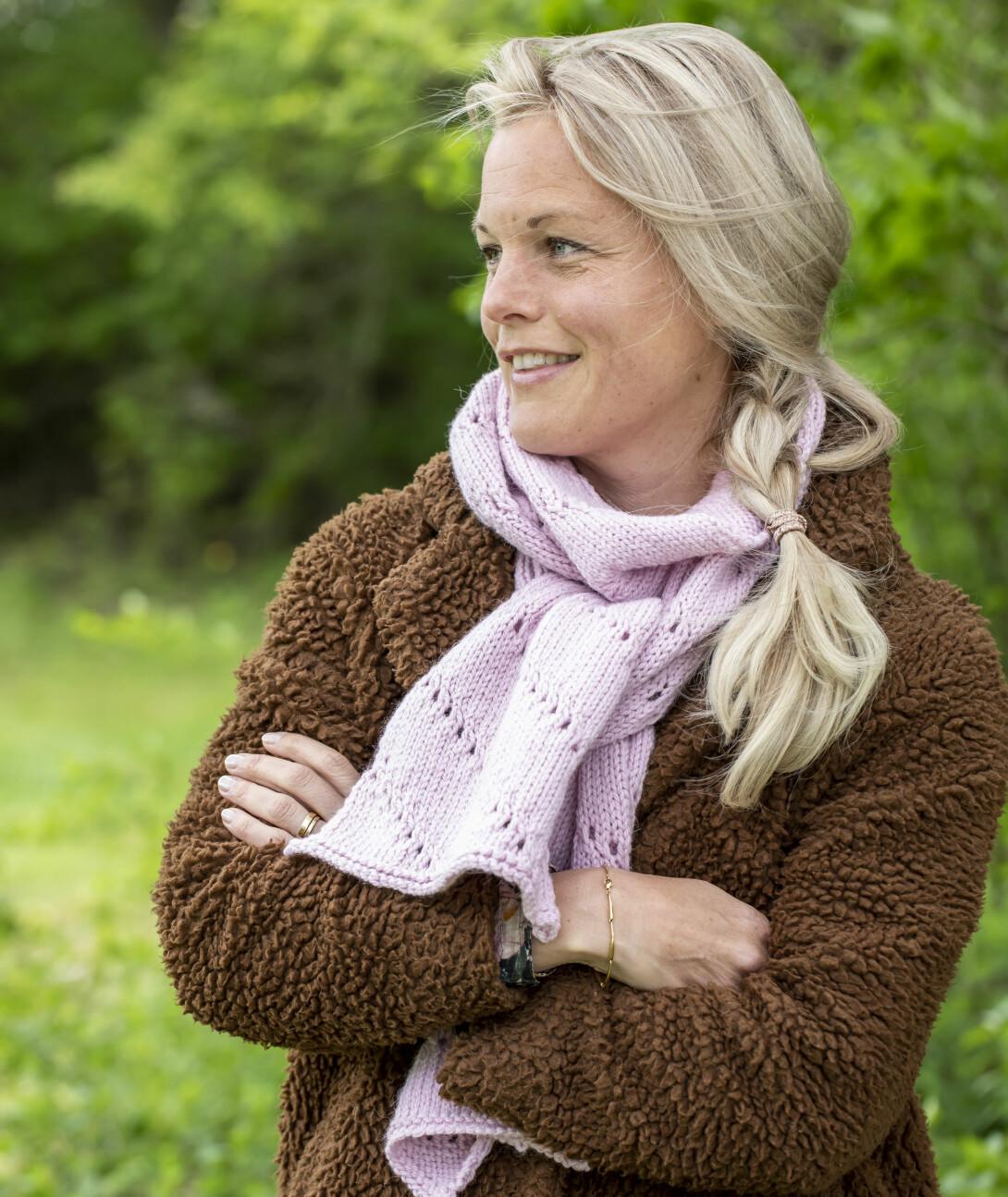Sticka halsduk med hålmönster