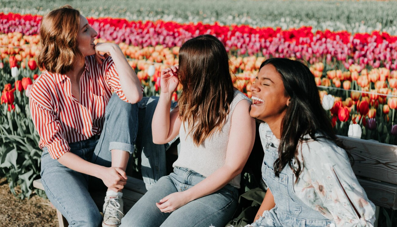 Tre hälsosamma kvinnor som njuter av att veta hur 2021 ser ut för deras välmående.