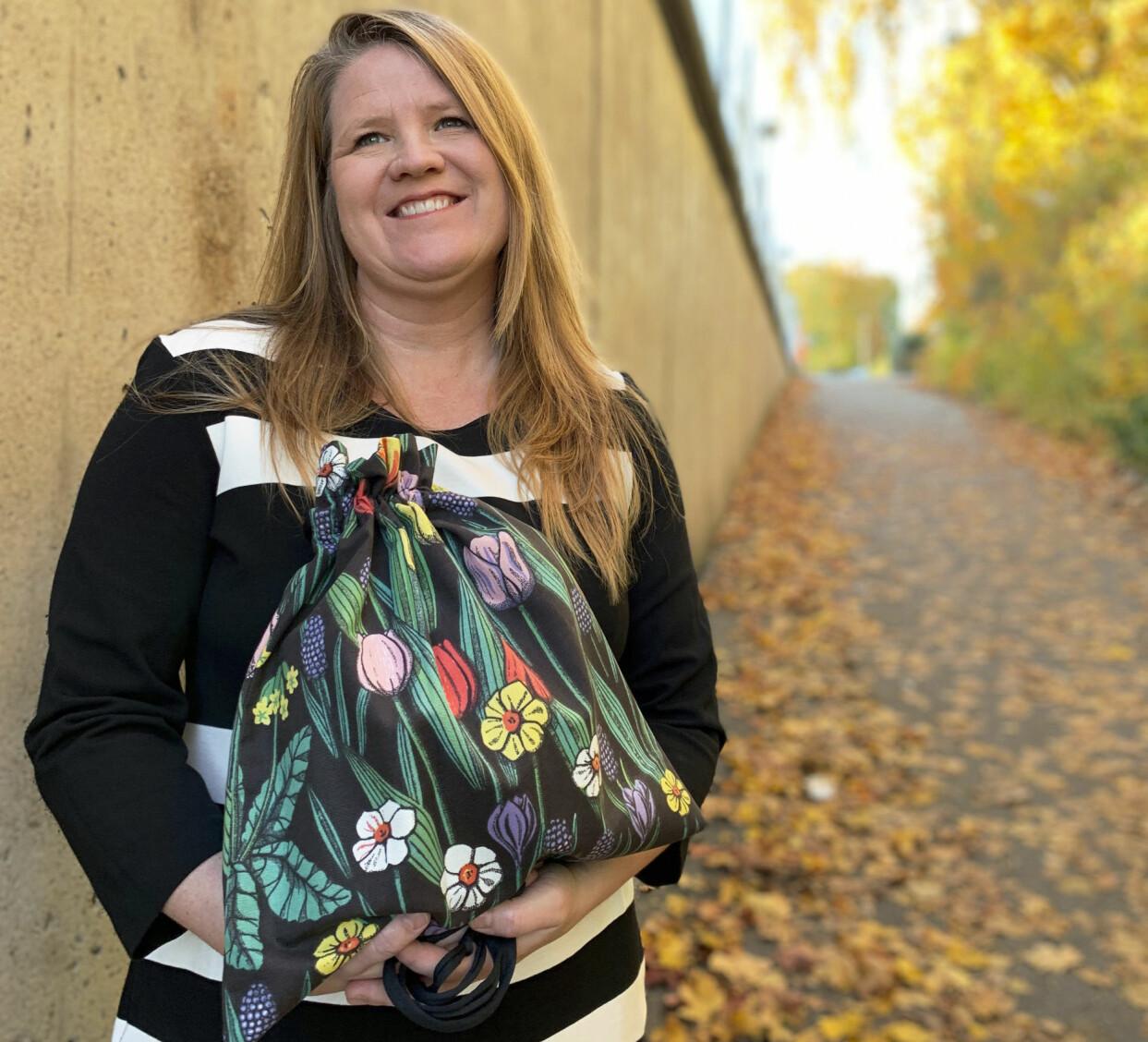 Hanna Lundstedt gör personligt utformade textilurnor av återbrukat tyg.