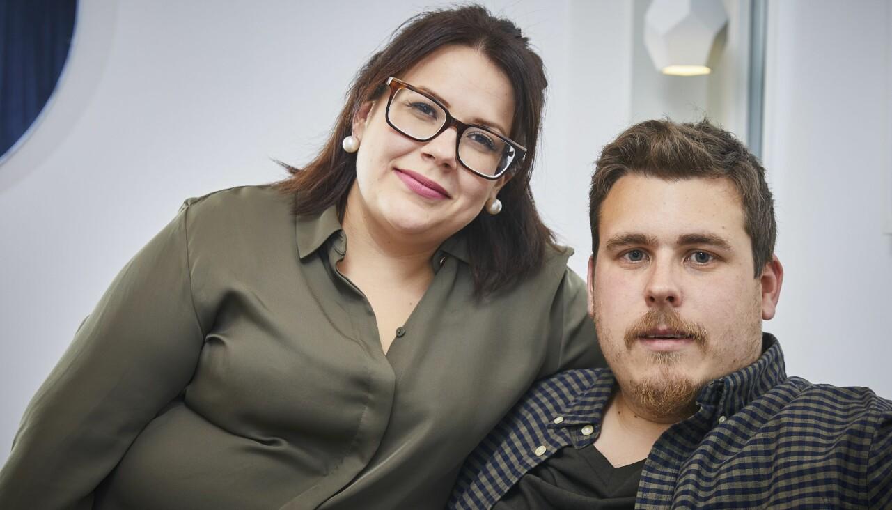 Hannah och Christian sitter i soffan och berättar hur stroken som drabbade Christian förändrade deras liv.