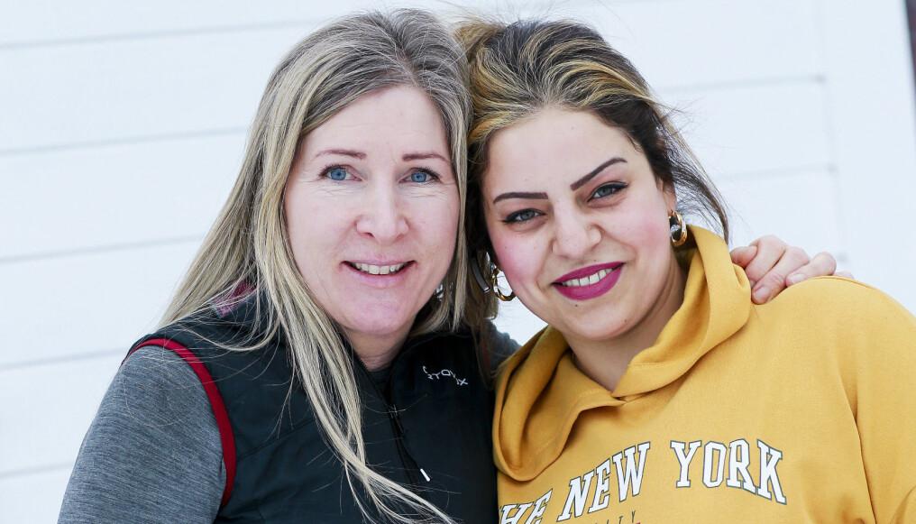 Hanne håller om sin granne Sara och tillsammans berättar de om hur det var när Saras barn blev utvisade och hur Hanne hjälpte till att få tillbaka barnen till Sverige