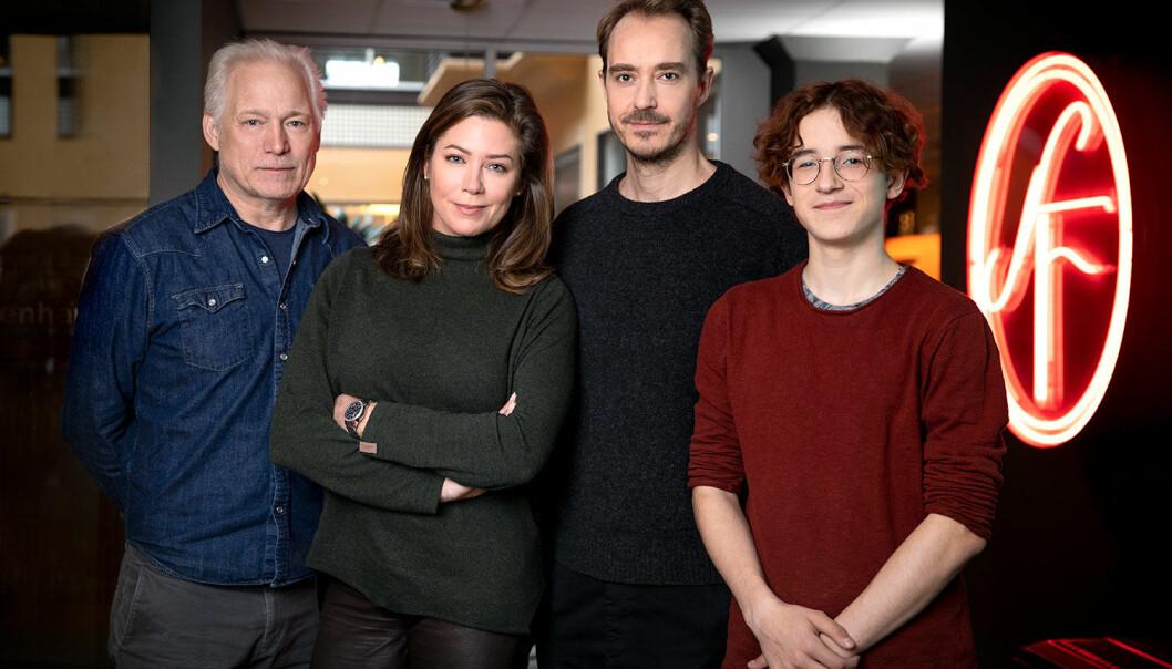 Hannes Holm, Jenny Silfverhjelm, Jonas Karlsson och Simon Larson står uppradade framför SF-loggan.