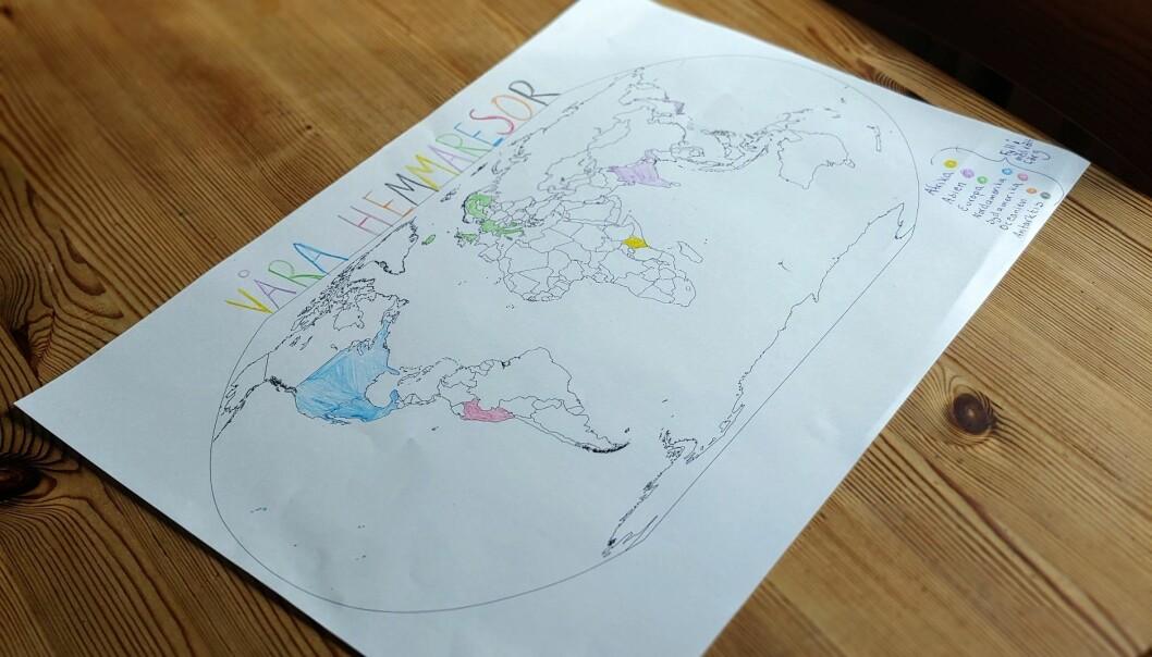 En ritad världskarta där familjen har fyllt i varje land de besökt hemifrån.