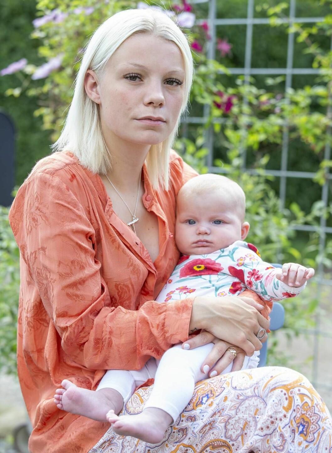 Liv sitter med sin dotter i famnen. Nu är hon ensam förälder efter att mannen dött i en bilolycka.