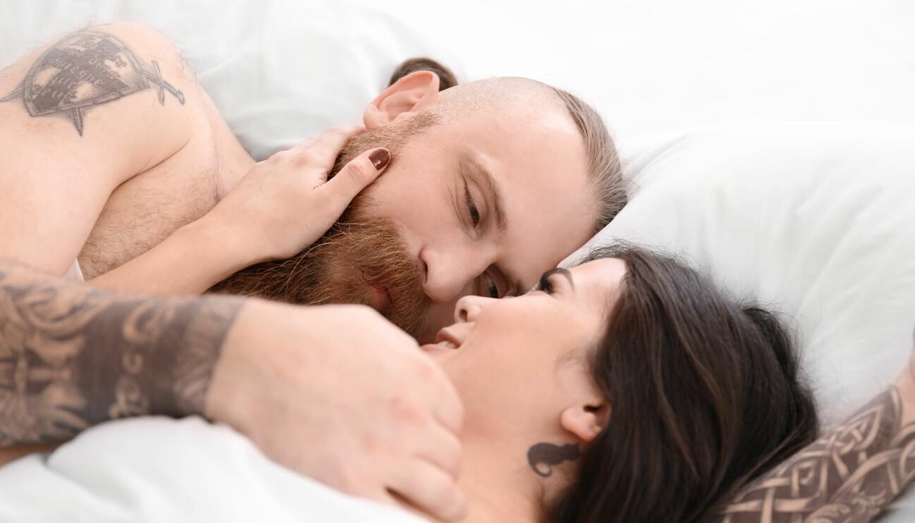 Ett par i sängen som ser ut att ha hittat lusten igen.