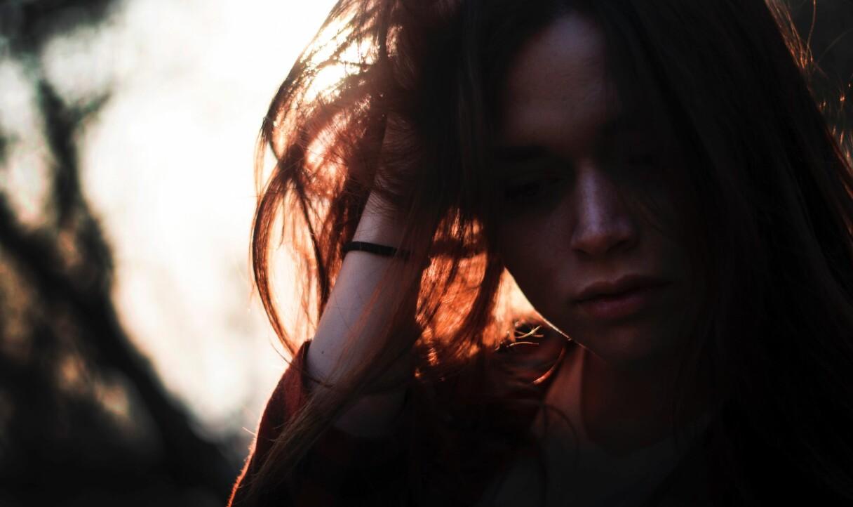 En kvinna som ser ut att ha symtom som kan stämma in på en höstdepression.