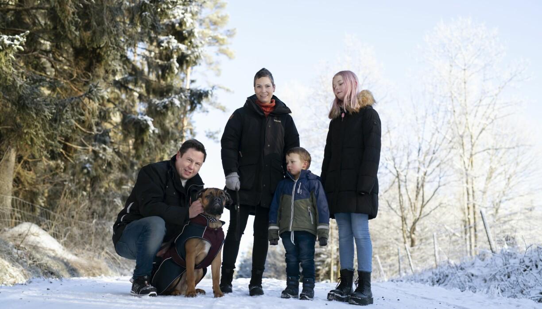 Familjen som nu kan ha hund, trots allergi, är ute på promenad.