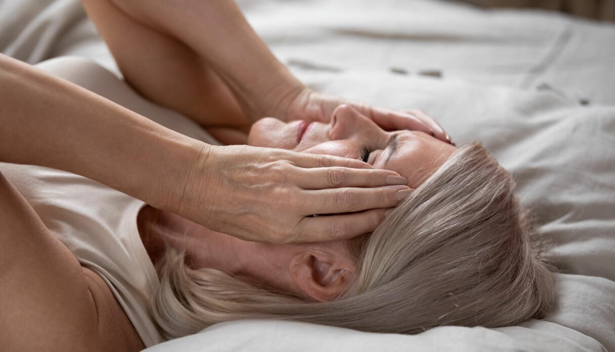 En äldre kvinna som inte ser ut att ha sovit så länge som hon behöver baserat på sin ålder.