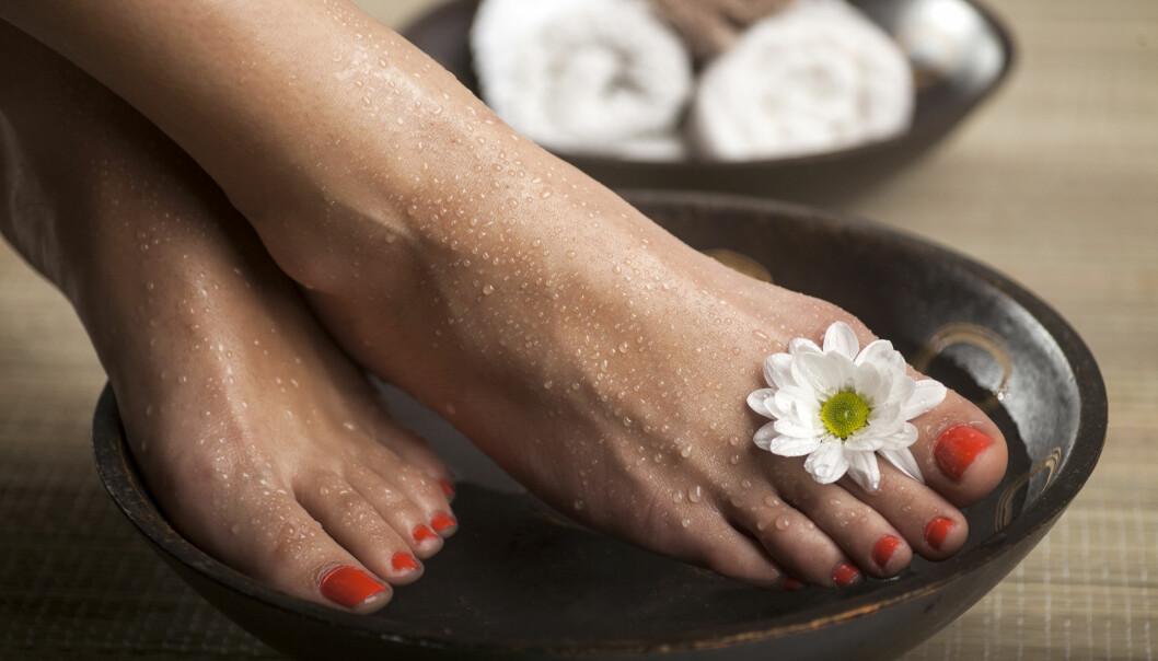 Fotbad med olika ingredienser hjälper mot illaluktande fötter.