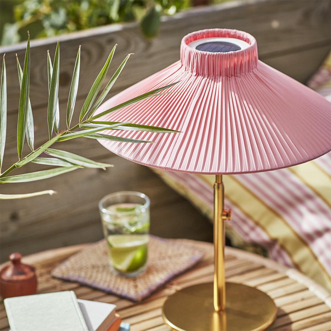 Solcellsdriven LED-lampa i rosa från Ikea